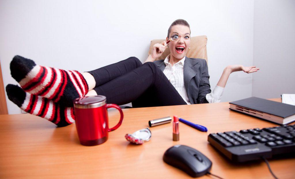 konsultacje lean online, kobieta za biurkiem